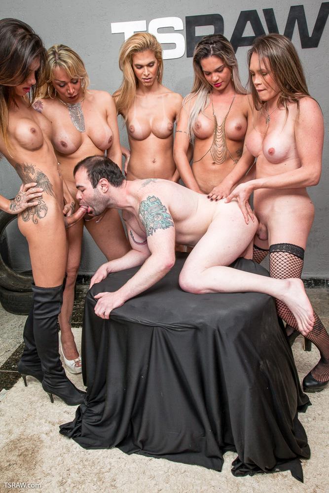 5 travestis fodendo o macho na suruba - Só Travestis
