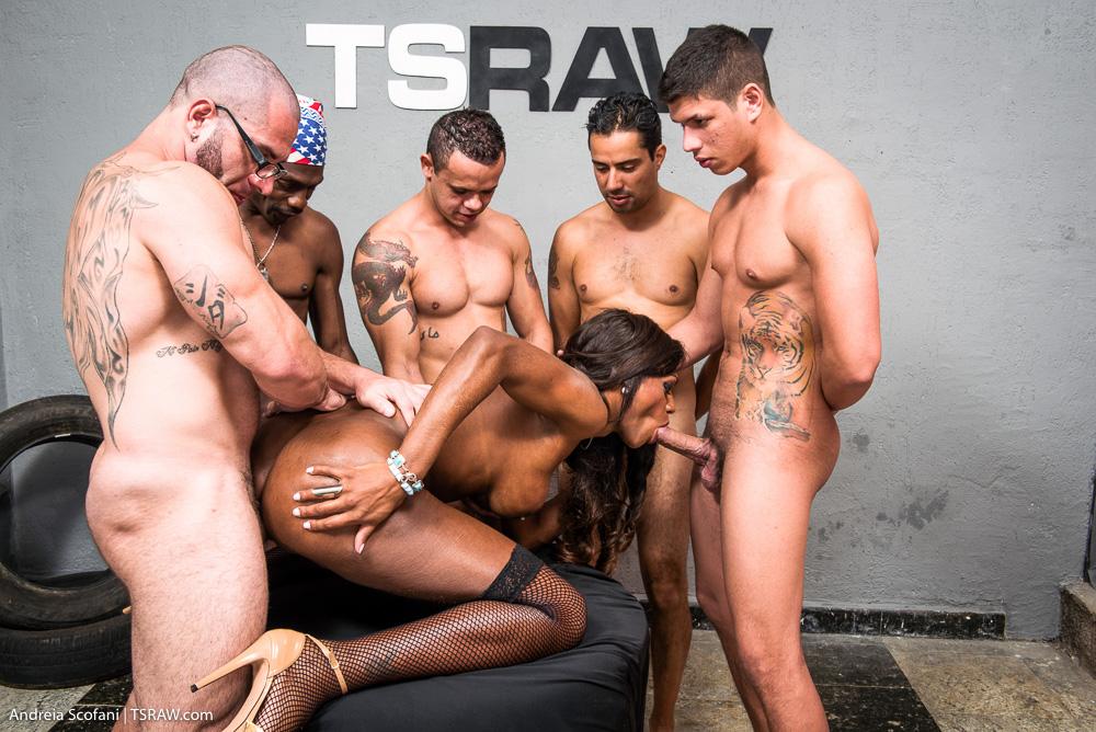 Travesti Nicoly fazendo gangbang - Só Travestis