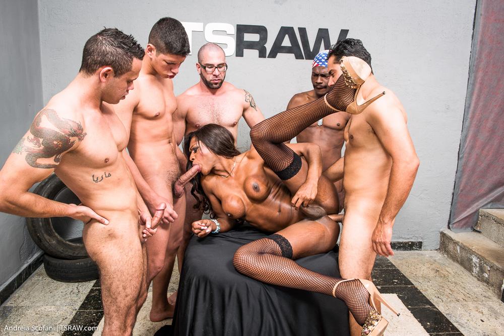 Nicoly Scafany dando sem camisinha para o machos - Só Travestis
