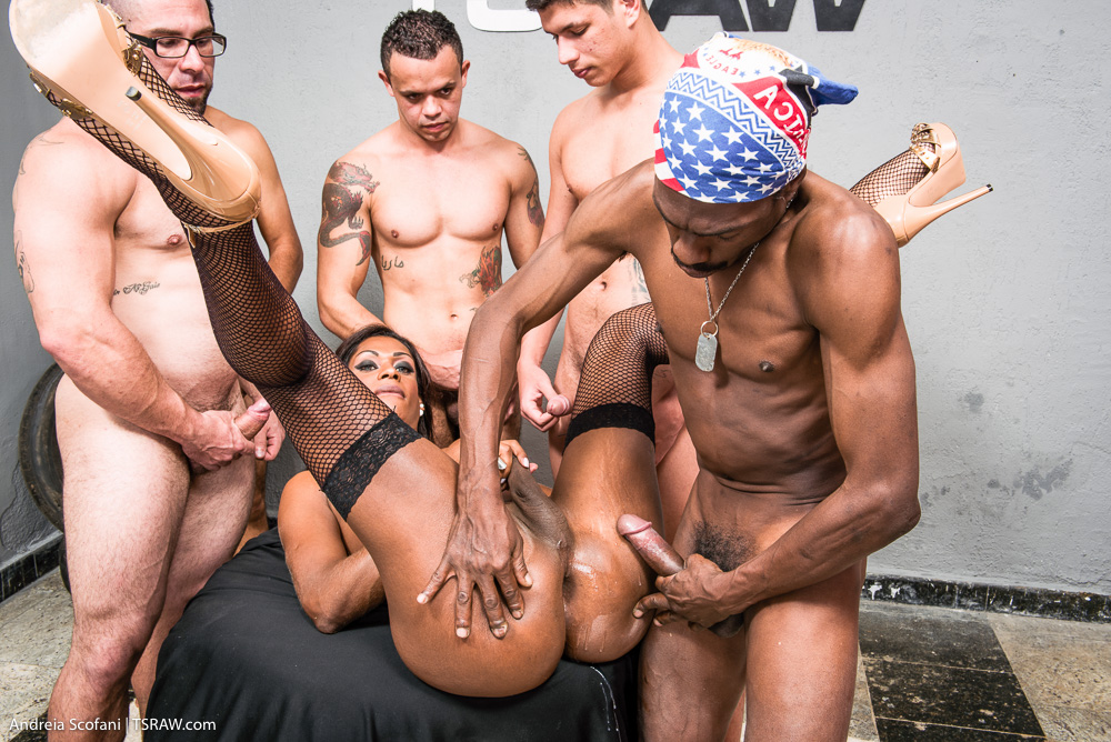 Shemale big ass Nicoly Scafany on a gangbang - Só Travestis