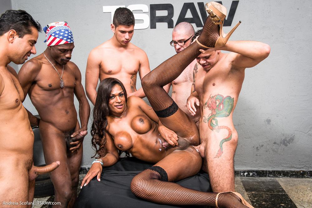 Tranny Nicoly Scafany gangbanged - Só Travestis